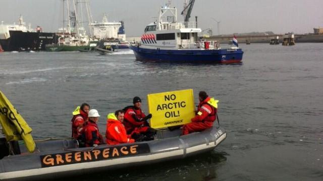 Actievoerders Greenpeace opgepakt in haven Rotterdam