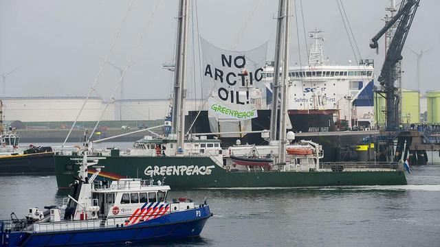 Greenpeace-activisten aangehouden na actie in IJmuiden