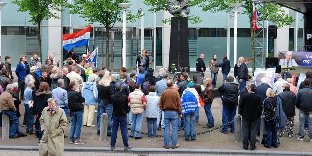 Handjevol mensen herdenkt moord Pim Fortuyn