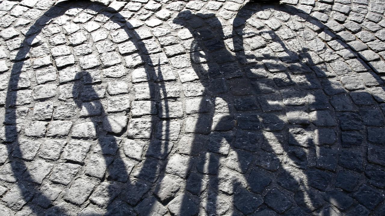 Britse fietser klem in hek Amsterdam
