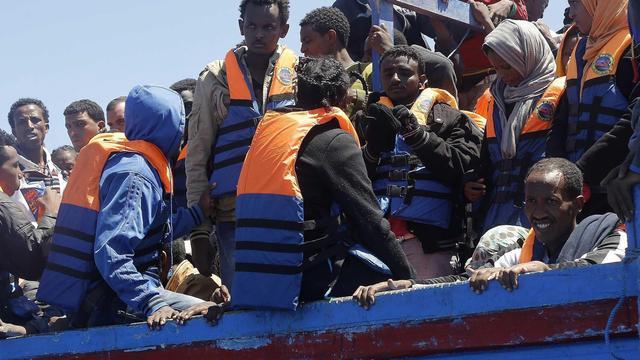 Stuurloos migrantenschip naar Kreta gesleept