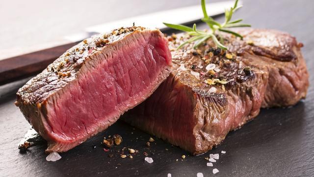 Biefstuk van plantaardige eiwitten in de maak