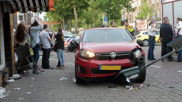 Auto rijdt na botsing in op terras in Breda