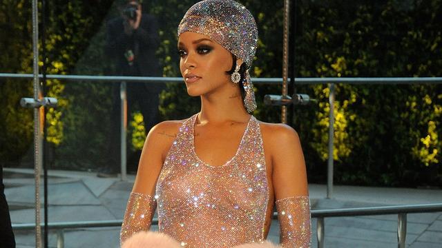 Halfnaakte Rihanna ontvangt modeprijs