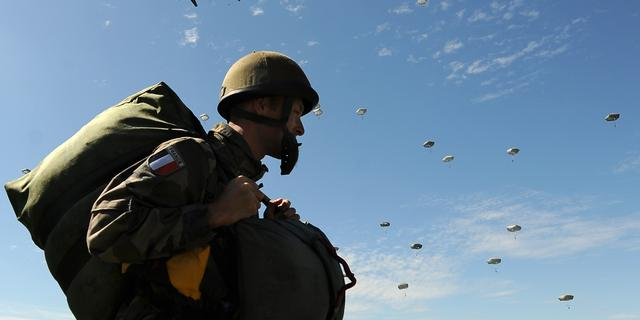 Bijna negenhonderd parachutisten bij D-Day-evenement