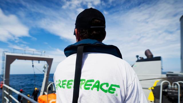 Actievoerders Greenpeace beklimmen boorplatform Shell