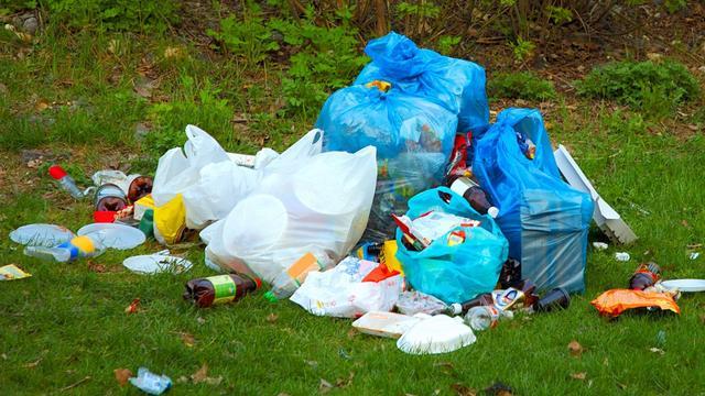 Nieuwe afvalbakken Nieuwendijk puilen uit