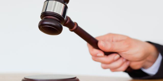 Britse man cel in om maken selfie in rechtszaal