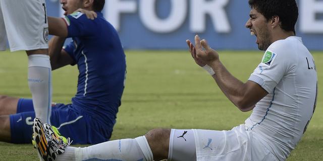 FIFA gaat bijtincident Suarez grondig onderzoeken