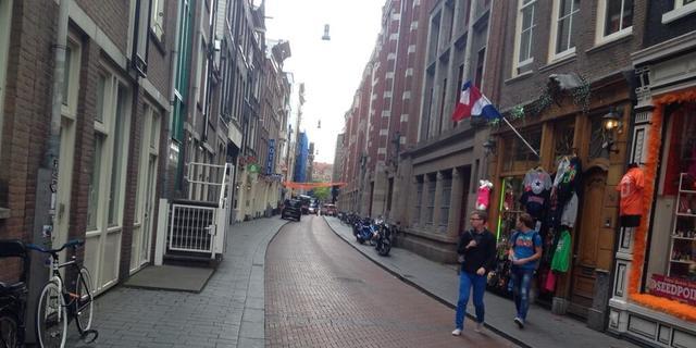 Politie onderzoekt verdacht koffertje met ballon bij Warmoesstraat