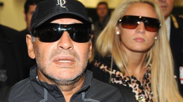 Maradona slaat journalist na knipoog naar vriendin