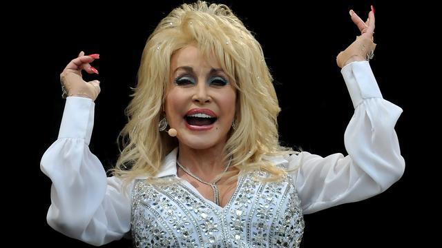 Dolly Parton verzorgt soundtrack voor nieuwe film met Jennifer Aniston