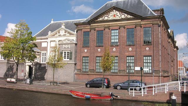 Beeld 'Rembrandt in schildersjas' onthuld voor Museum De Lakenhal