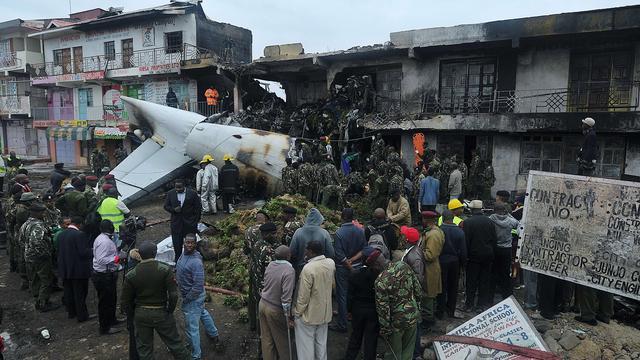 Vrachtvliegtuig stort op bedrijfspand in Kenia