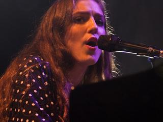 Jonge zangeres toont duidelijke groei op popfestival