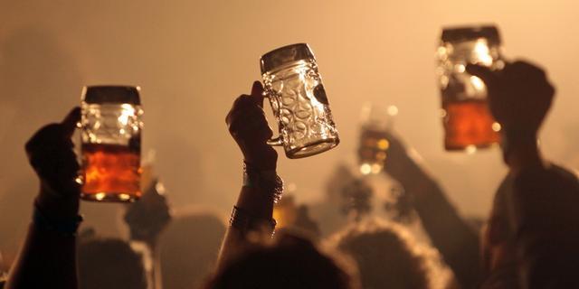 Amsterdam staat staand bier drinken weer toe