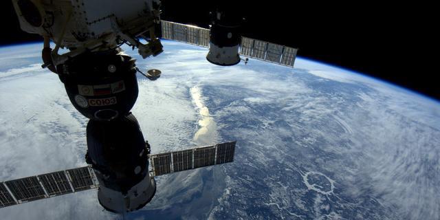 Astronauten werken aan buitenkant ISS