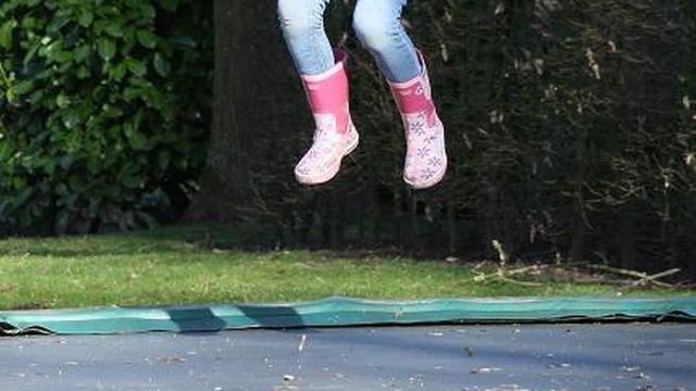 Amerikaanse kinderartsen waarschuwen voor trampolines