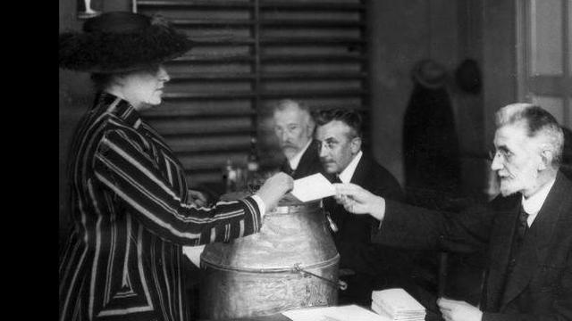 1919 vrouwen vieren honderd jaar kiesrecht bij Tweede Kamer