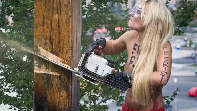 Topless protest tegen gevangenschap Pussy Riot