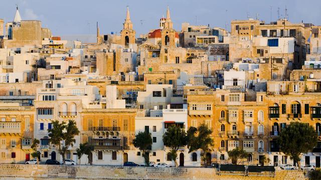 Auto rijdt publiek in bij autoshow Malta