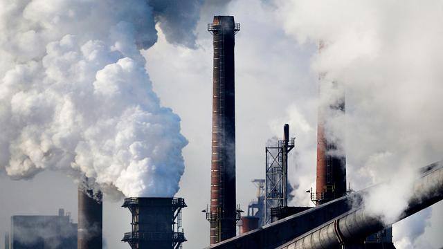Prijsdalingen drukken Tata Steel in het rood
