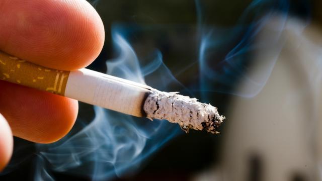 Man drukt sigaret uit in gezicht buurman