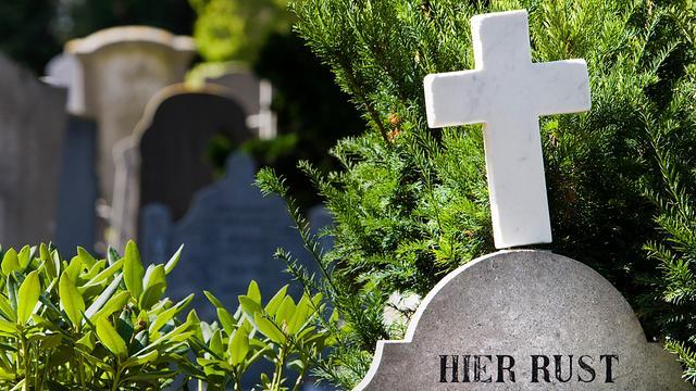 Mannen stelen bloemen van kerkhof in Diepenveen