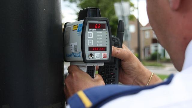 Politie voert snelheidscontrole uit op de Rijnlaan na diverse klachten