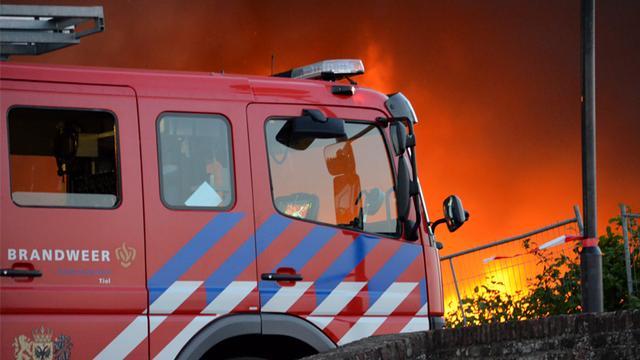 Grote brand verwoest groothandel in Enschede