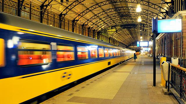 Automobilist bekneld na aanrijding met trein Heerle