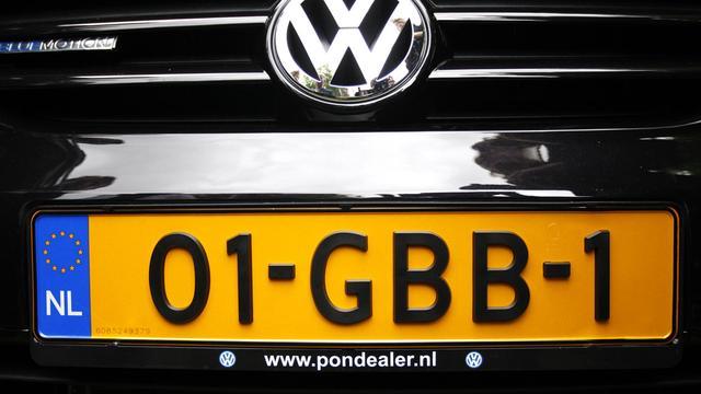 Eerste auto met nieuwe kenteken rijdt rond op Nederlandse wegen