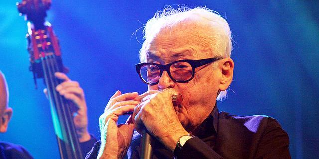 Toots Thielemans viert 90e met mondharmonica