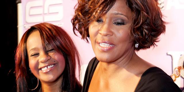 Bobbi Kristina hoort moeder Whitney nog steeds