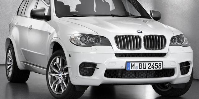 BMW valt door dak huis Amerikaans echtpaar
