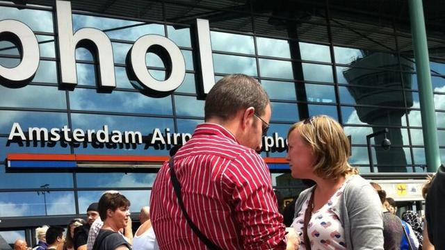 Marechaussee laat man 17.000 euro aan boetes betalen op Schiphol