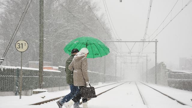 Chaos op spoor en wegen door sneeuw