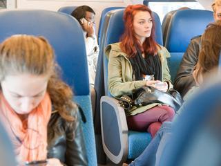 Meisjes gebruiken speciaal treinkaartje voor winkelreisje