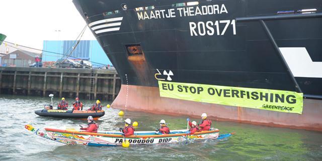 Greenpeace blokkeert schip IJmuiden