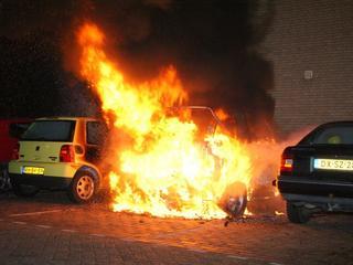 Kortsluiting waarschijnlijk oorzaak autobrand in centrum Olst