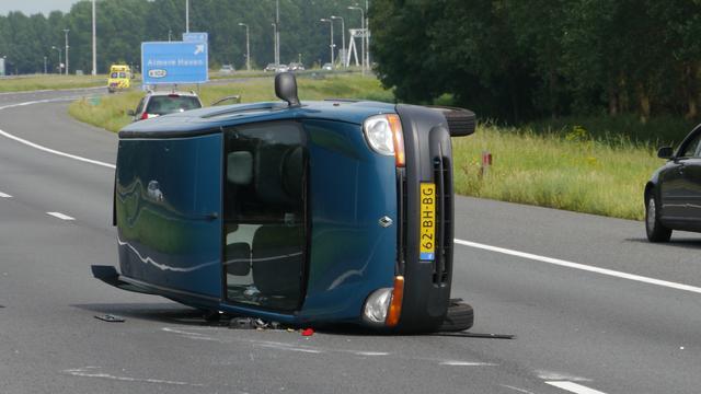 Auto belandt op zijn kant langs de A7 bij Lambertschaag