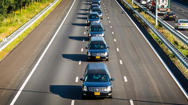 Knuffels rouwcolonne naar Hilversum gebracht