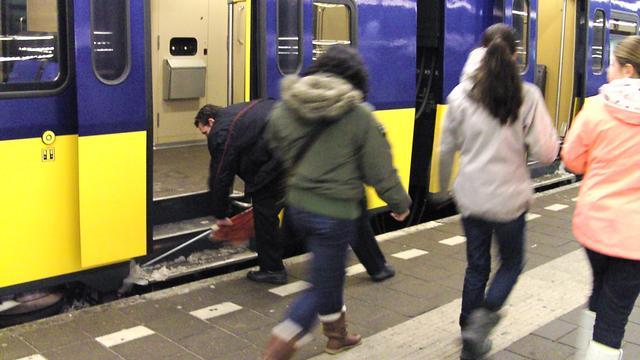 Man overlijdt door val tegen rijdende trein