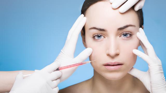 Plastisch chirurgen luiden noodklok om missers cosmetische artsen