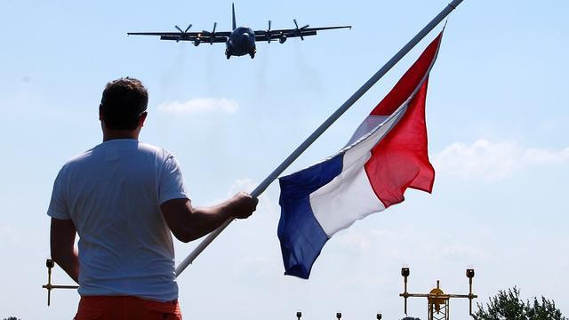 Achter de lens: Vliegtuigen met slachtoffers MH17 landen