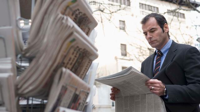 Mensen spenderen minder tijd aan lezen van krant