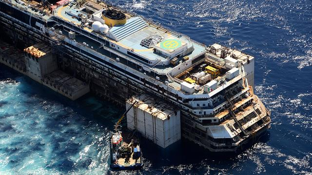 Costa Concordia legt allerlaatste meters af in haven van Genua