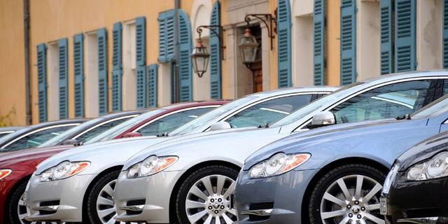 Moederbedrijf Jaguar ziet winst halveren