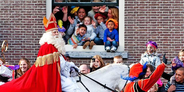 Sint bezuinigt op aantal pieten in Amsterdam