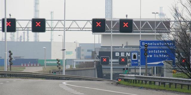 Files rondom Rotterdam door donkere Beneluxtunnel